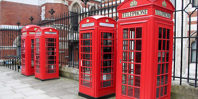 "Two large, 1920s-era K2 phone booths flanking the 1930s K6 replacements (Photo by Sheep""R""Us)"
