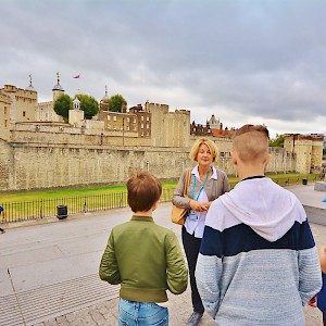 Context Travel guide Emma takes a family on a tour of the Tower of London (Photo by Kathleen Bunn (LifeWith4Boys.com), courtesy of Context Travel)