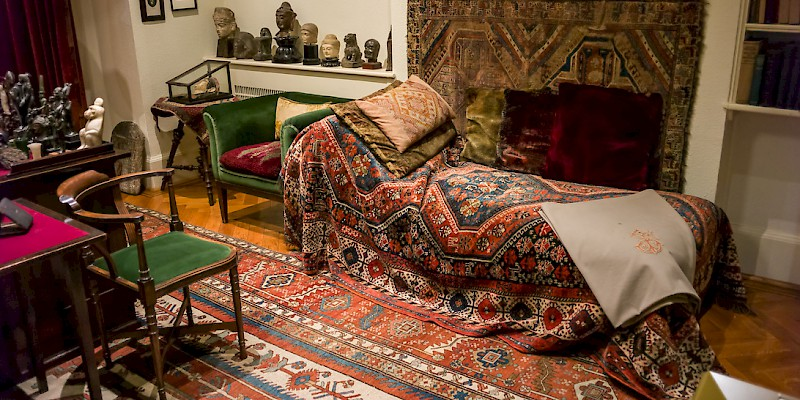 The actual, original couch in Freud's study, just behind his desk (Photo by Alessandro Grussu)
