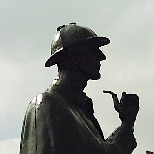 The Sherlock Holmes statue on Marylebone Street (Photo by givingnot)