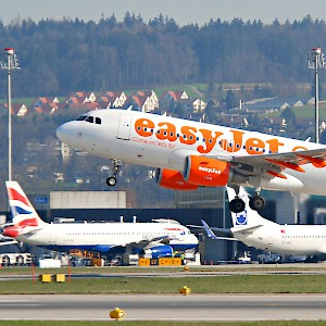An easyJet plane taking off at London Luton Airport (Photo by Aero Icarus)