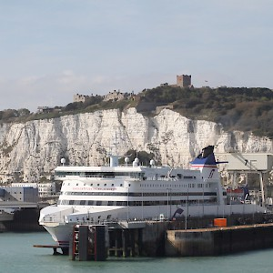 The famous White Cliffs of Dover over the port (Photo by Nessy-pic)