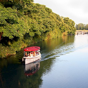 A cruise down the Thames river in Oxford (Photo courtesy of Viator.com)